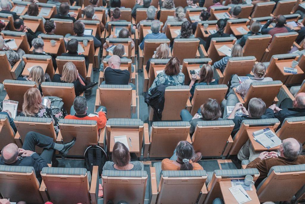 Menschen im Hörsaal