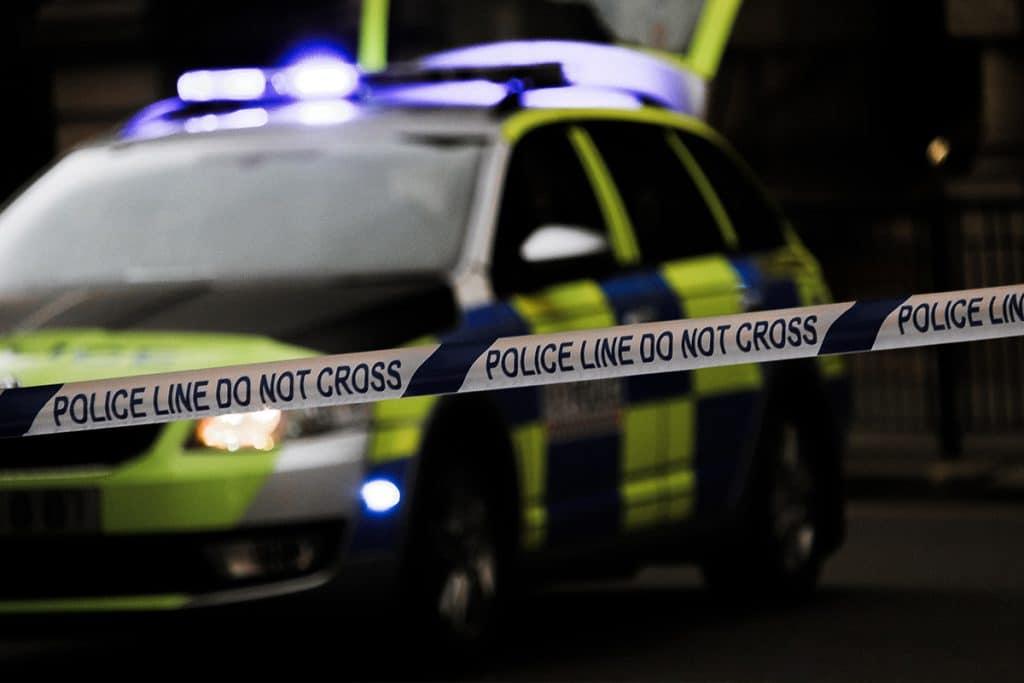 Polizeiauto hinter Absperrband